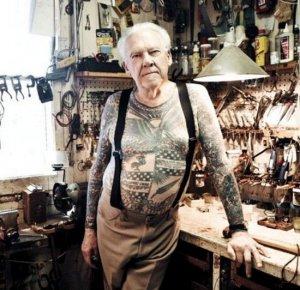 homem idoso tatuado usando supensorio