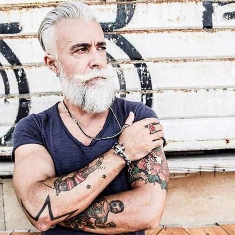 homem idosos tatuado 2