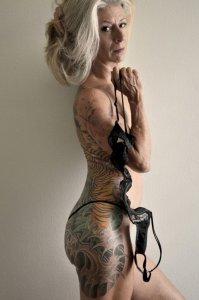 mulher idosa tatuada
