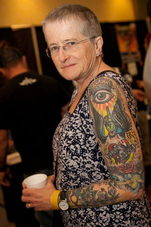 mulher idosa com tatuagem no braço