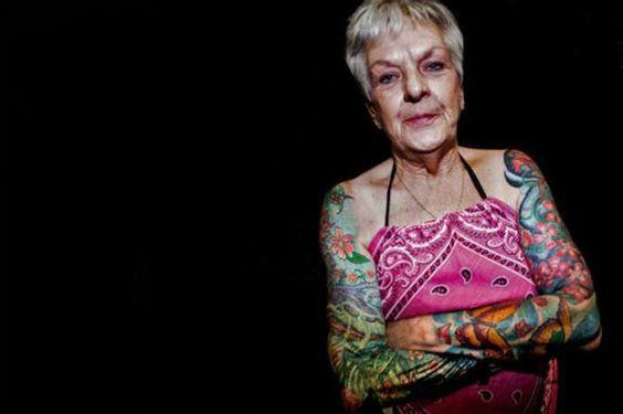 mulher idosa tatuagem nos dois braços