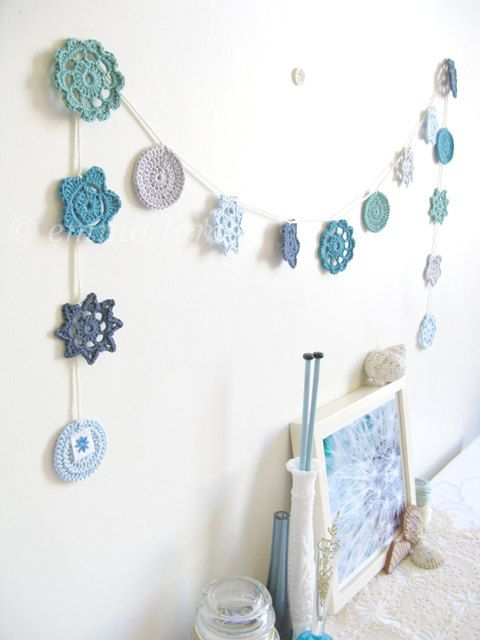 flor de croche aplicada na parede